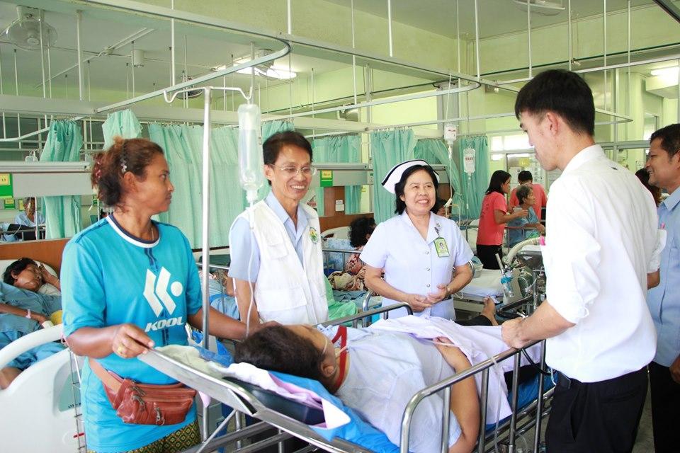 นพ.จรัสพงษ์ สุขกรี นายแพทย์สาธารณสุขจังหวัดนครศรีธรรมราช เดินทางมาเยี่ยมผู้ประสบอุบัติเหตุโรงงานส่งออกปู